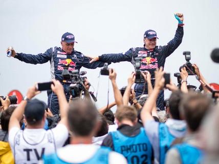 Carlos Sainz und Lucas Cruz feiern Dakar-Sieg im Peugeot 3008 DKR Maxi
