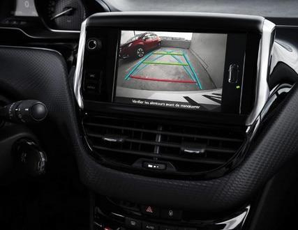 Blick auf die Anzeige der Rückfahrkamera im City-SUV PEUGEOT 2008