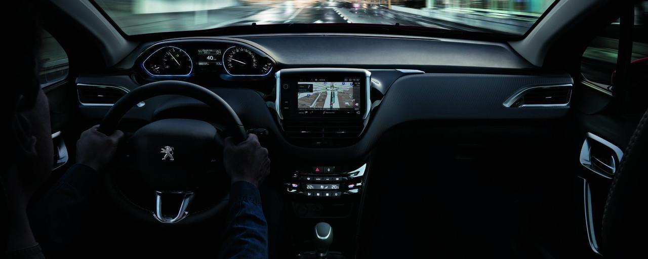 SUV-PEUGEOT-2008-PEUGEOT-i-Cockpit®-und-vernetzte-3D-Navigation-mit-Spracherkennung.