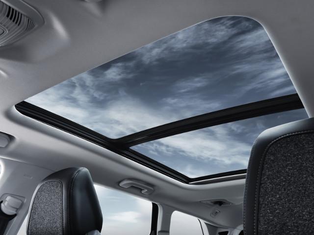 Blick aus dem Panorama-Glasdach im neuen Family-SUV PEUGEOT 5008