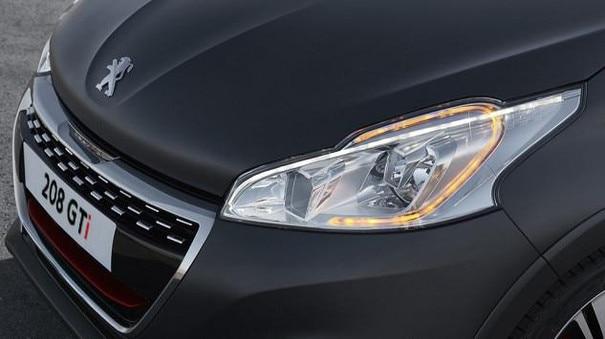 Blick auf die Scheinwerfer des sportlichen Kleinwagen PEUGEOT 208 GTi
