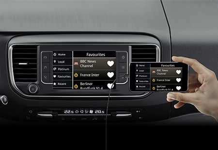 Demonstration der MirrorScreen-Funktion im PEUGEOT Traveller