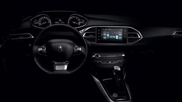 Blick in das Cockpit des Kompaktwagen PEUGEOT 308