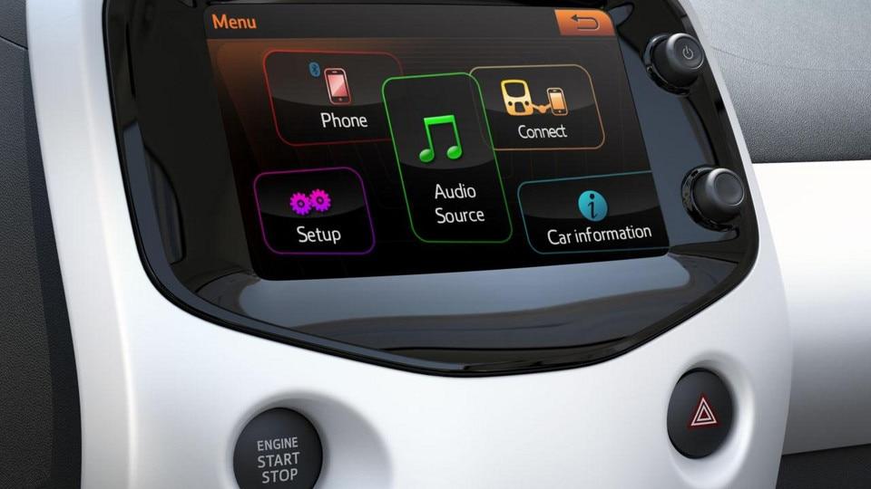 Startbildschirm des Touchscreens im Stadtauto PEUGEOT 108