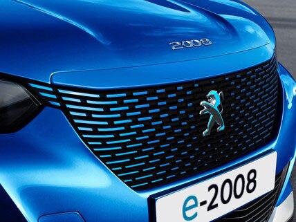Das neue Elektroauto PEUGEOT e-2008 Kuehlergrill