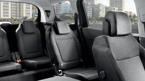 Blick in den Innenraum mit umgeklappten Sitzen im Van PEUGEOT 5008