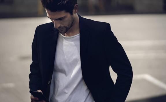 DER NEUE PEUGEOT 208 MIT ELEKTROANTRIEB – Mann mit Smartphone, App MyPEUGEOT