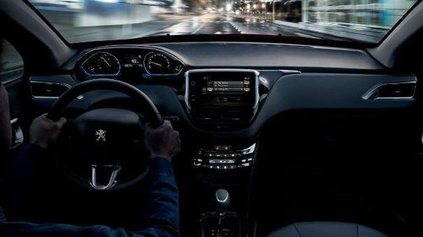 Blick in den Innenraum des City-SUV PEUGEOT 2008