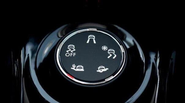 Detailansicht der Steuerung des Grip Control Systems im City-SUV PEUGEOT 2008