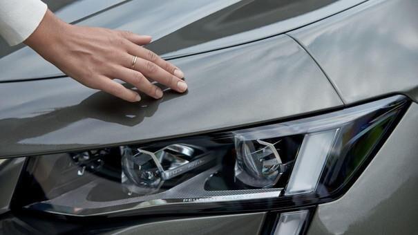 Der neue Kombi PEUGEOT 508 SW, neue Lichtsignatur als Erkennungszeichen der Marke PEUGEOT, Full-LED-Scheinwerfer mit automatischer Leuchtweitenregulierung