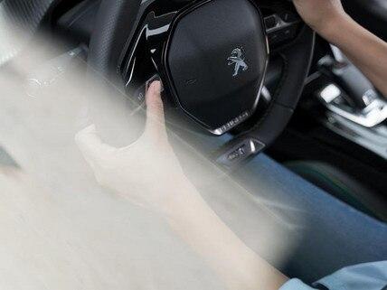 Das neue Elektroauto PEUGEOT e-2008 – Lenkrad