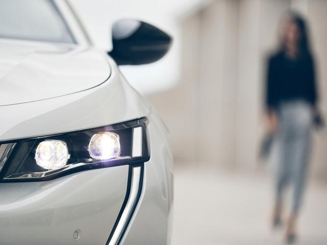 Neuer PEUGEOT 508 GT LINE, die Limousine der Oberklasse – Lifestyle – weiß