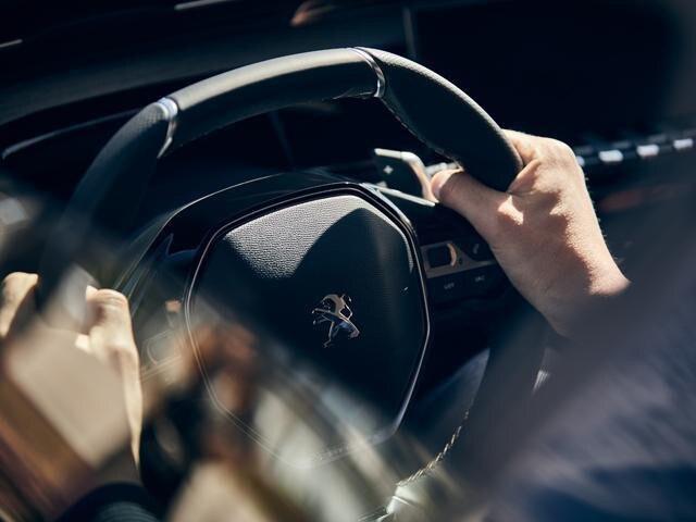 https://media.peugeot.de/image/53/3/neue-peugeot-508-gt-limousine-lenkrad-in-perforiertem-naturbelassenem-leder.471533.19.jpg?autocrop=1
