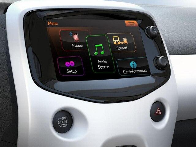 Blick auf den Startbildschirm des Touchscreens im Stadtauto PEUGEOT 108