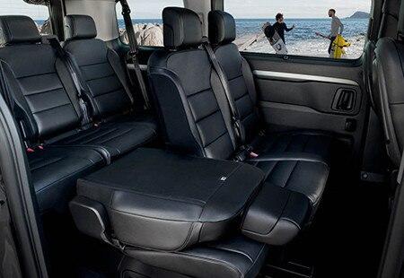 PEUGEOT-Traveller-grosszuegiger-Innenraum-umklappbare-Sitze