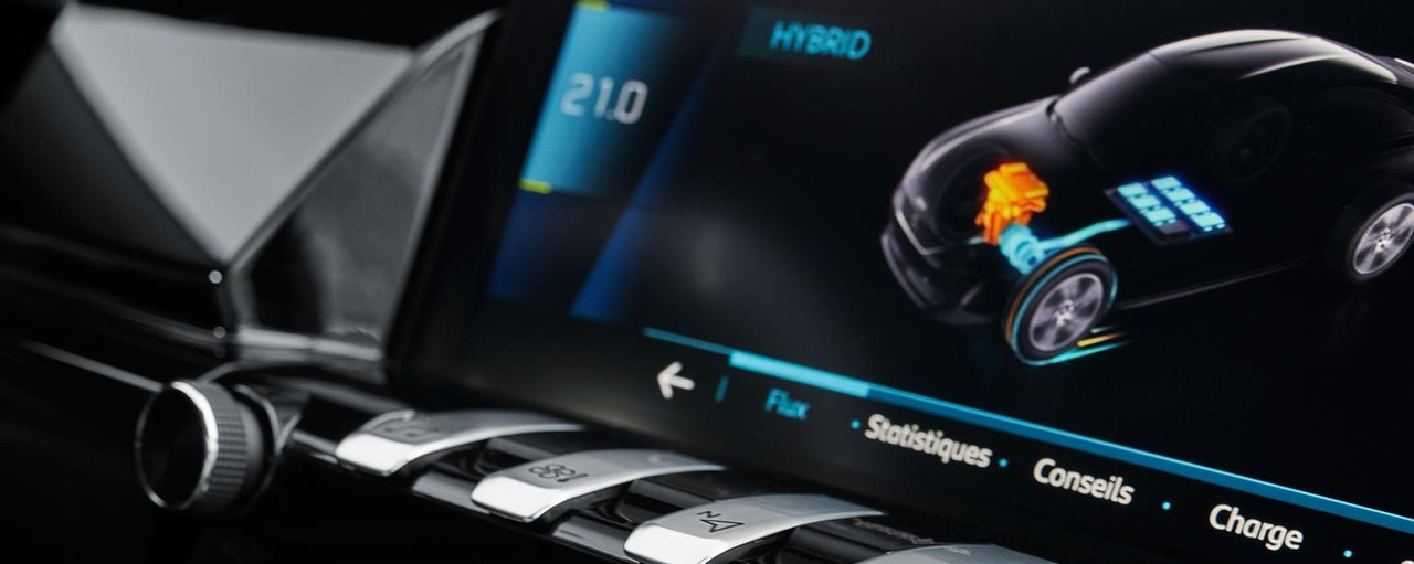 PEUGEOT-Plug-In-Hybrid-Fahrerlebnis-Touchscreen