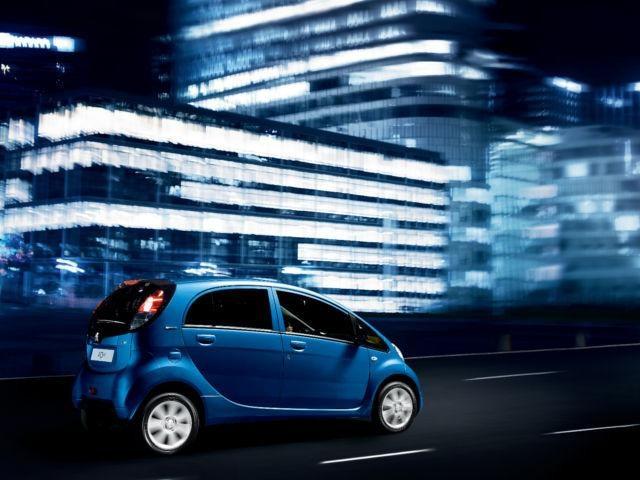 Elektroauto-PEUGEOT-iOn-seitliche-Ansicht-Design